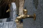 Ein Nostalgiewasserhahn lässt bei Bedarf das Wasser fließen.